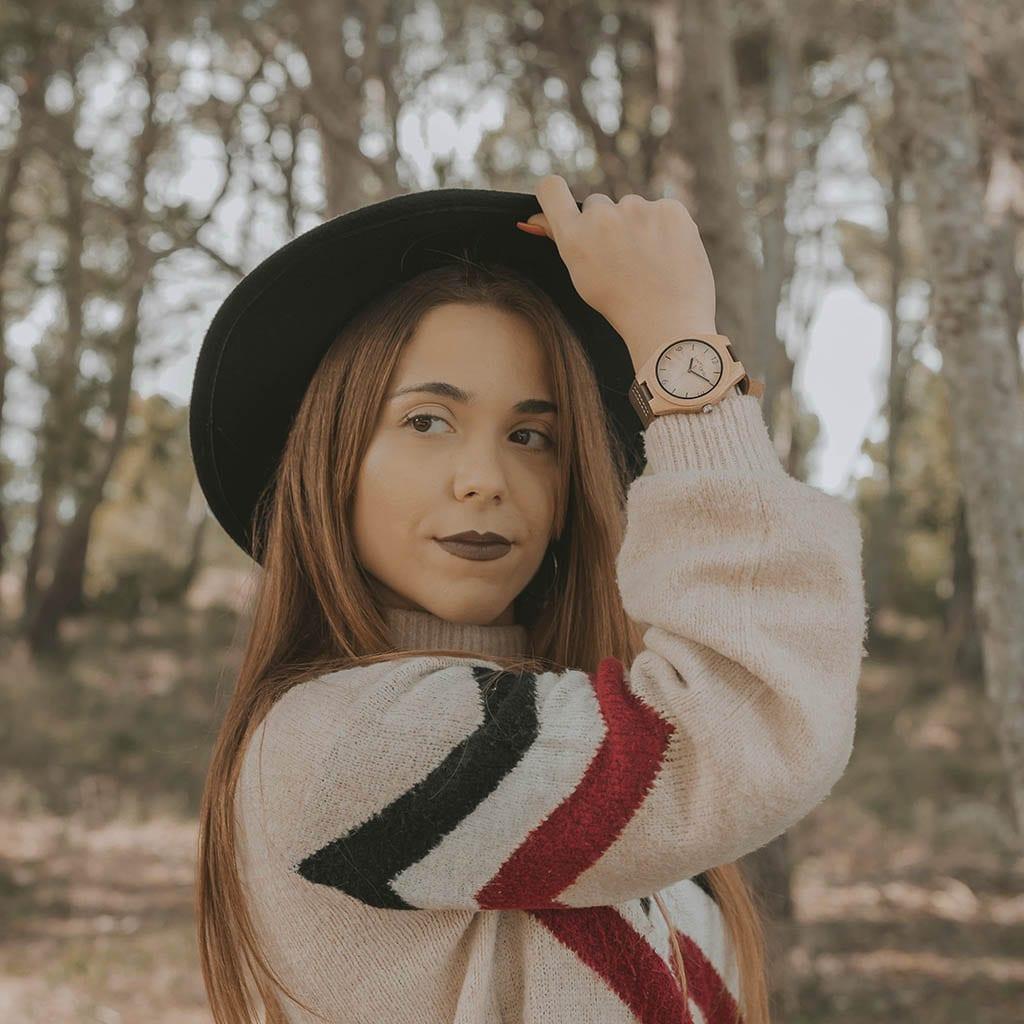 Chica con reloj de madera