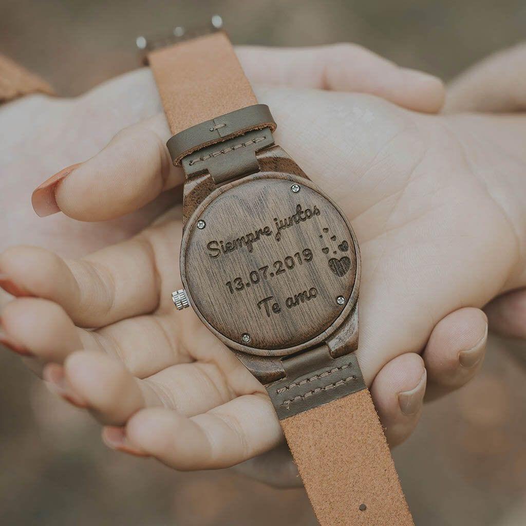 Reloj de madera con grabado