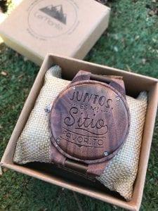 Reloj grabado de madera