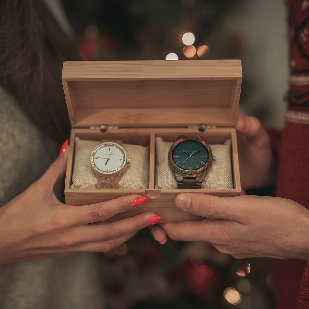Dos relojes en cada de madera
