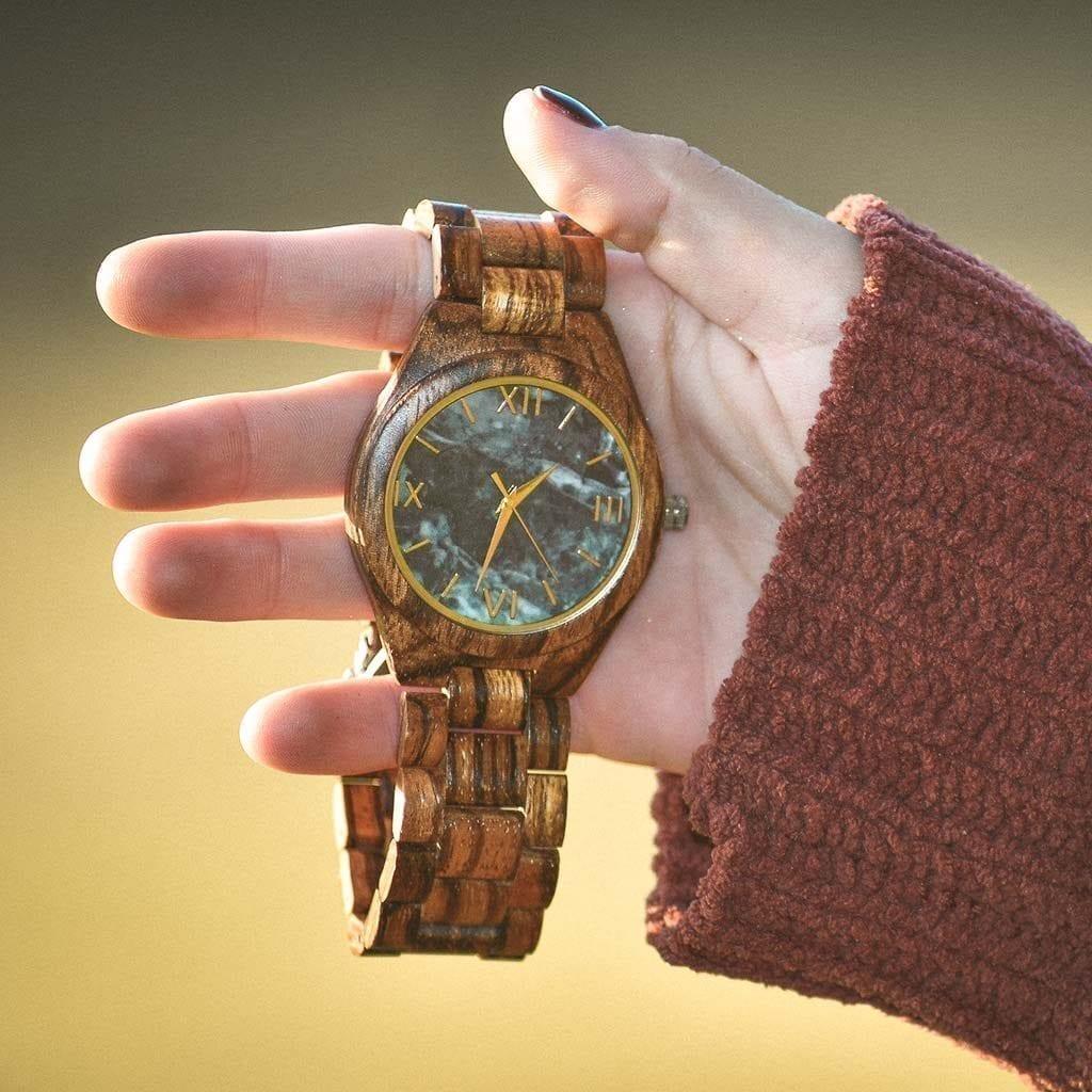 Reloj de madera y de marmol