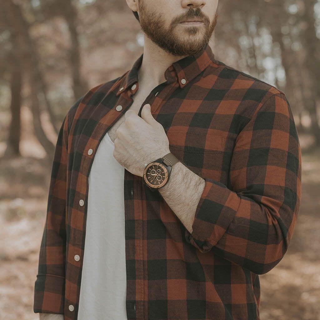 Chico con reloj de madera