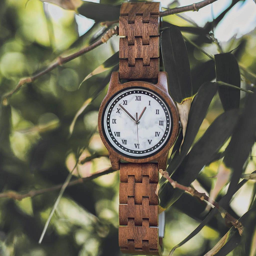 Reloj de madera y mármol