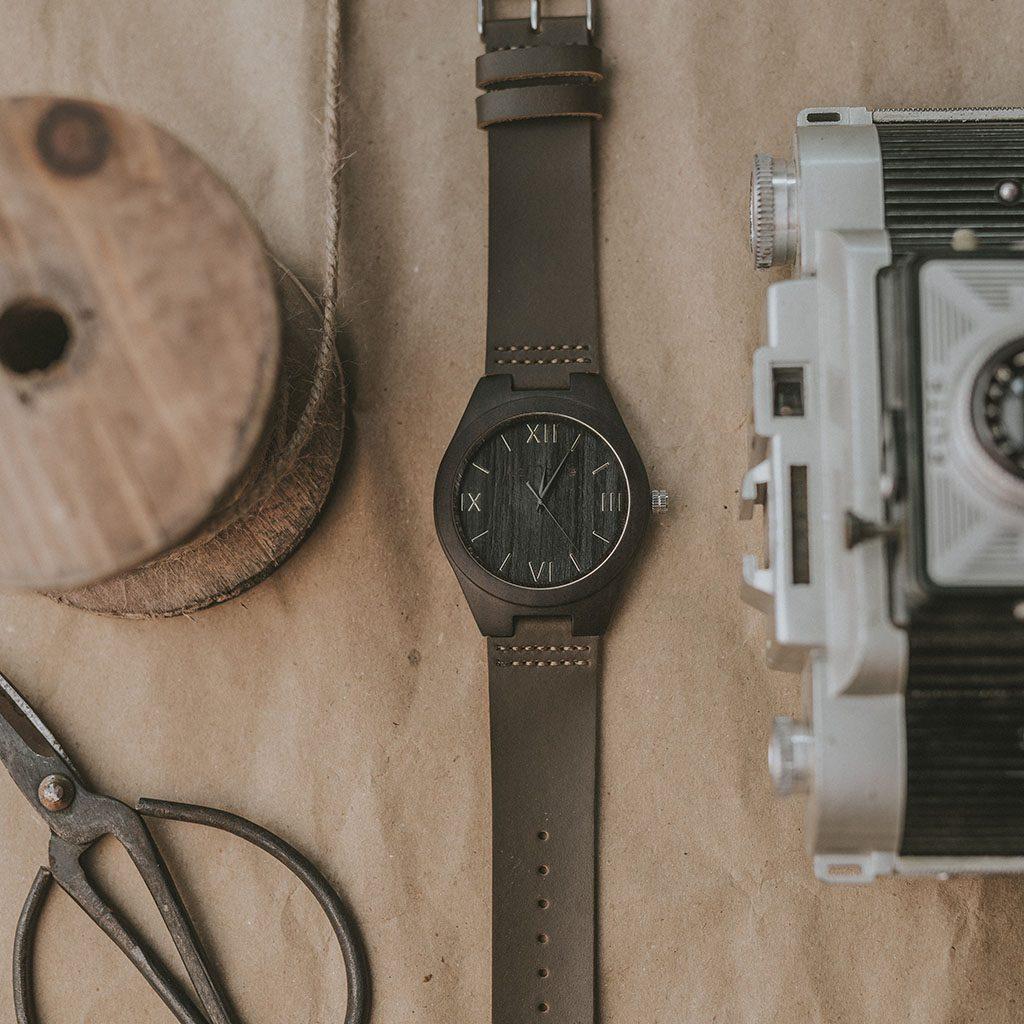 Reloj en madera de ébano