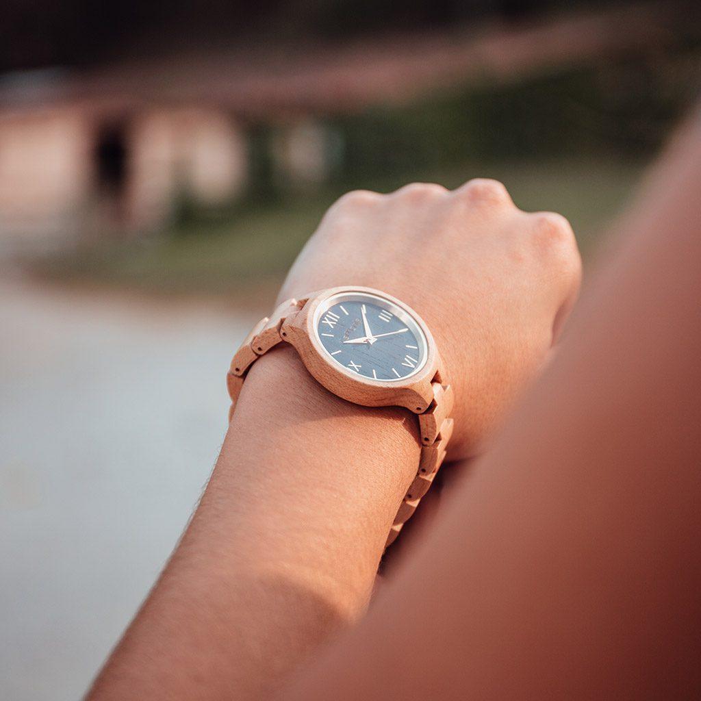 Reloj en muñeca de madera