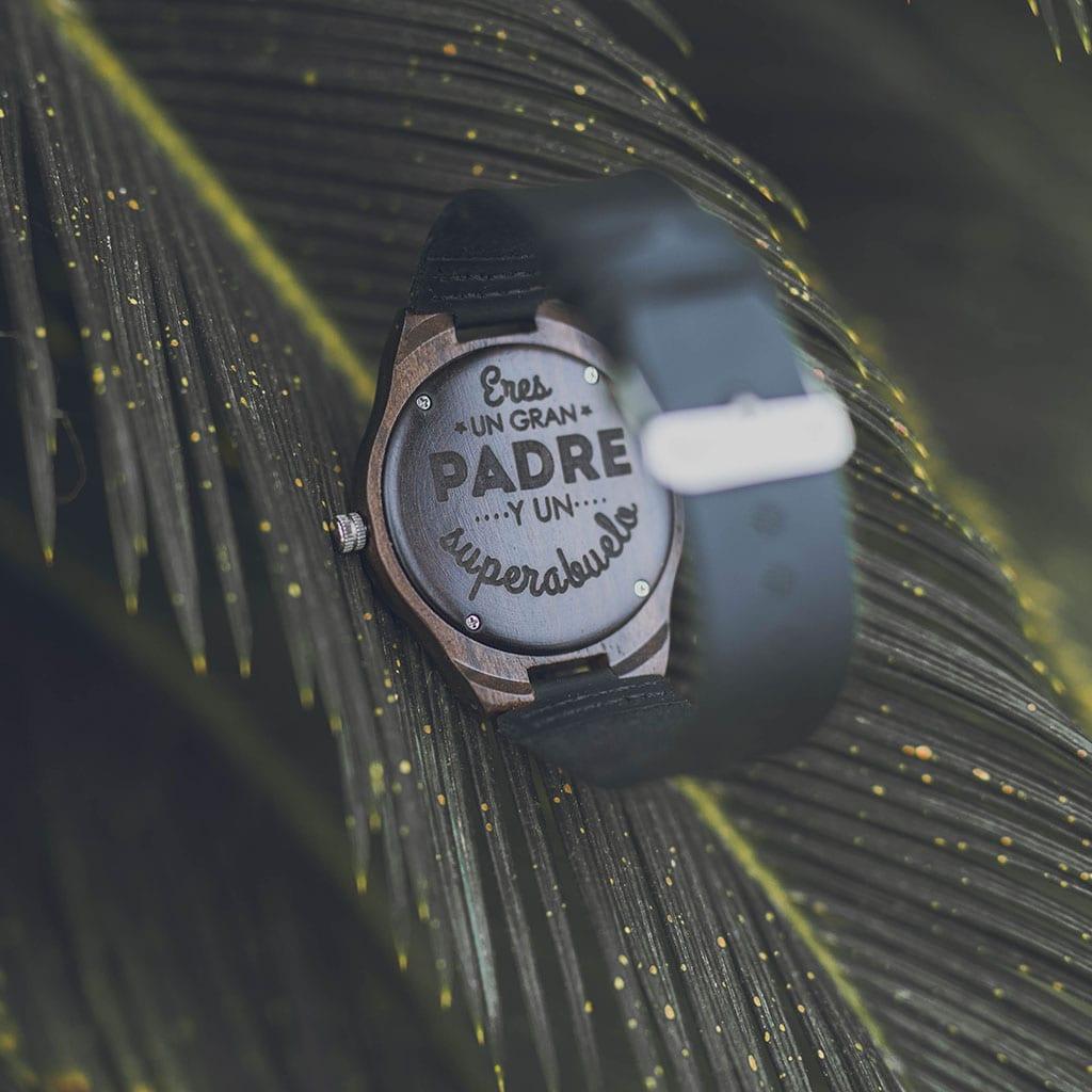Reloj grabado en madera