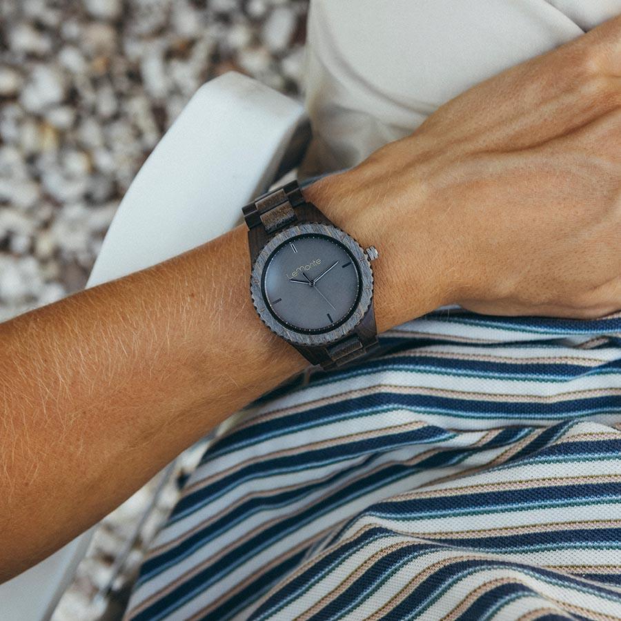 Reloj gris de madera