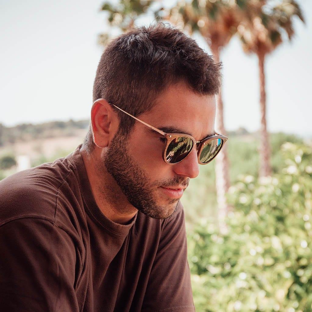 Hombre con gafas de madera