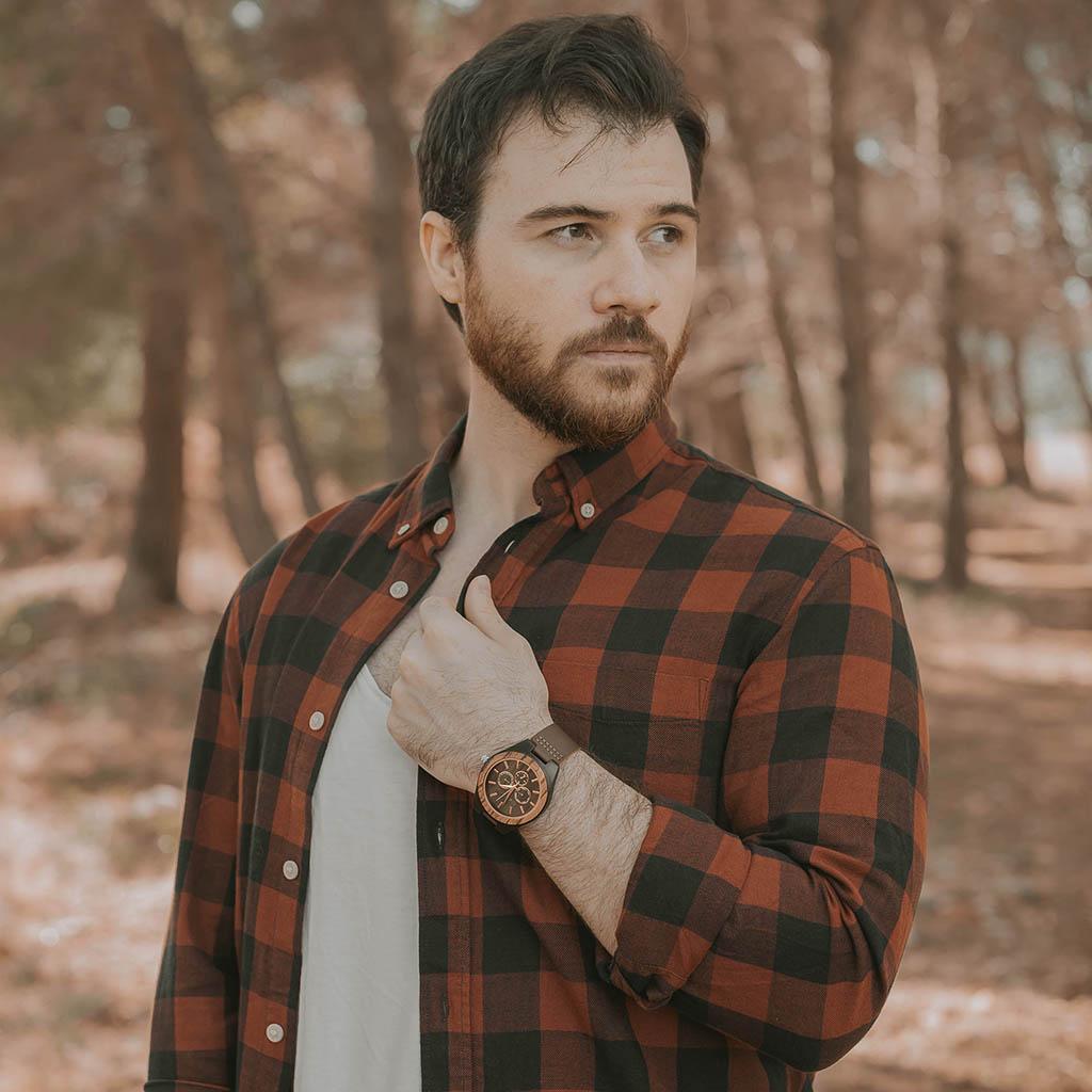 Hombre con reloj de madera