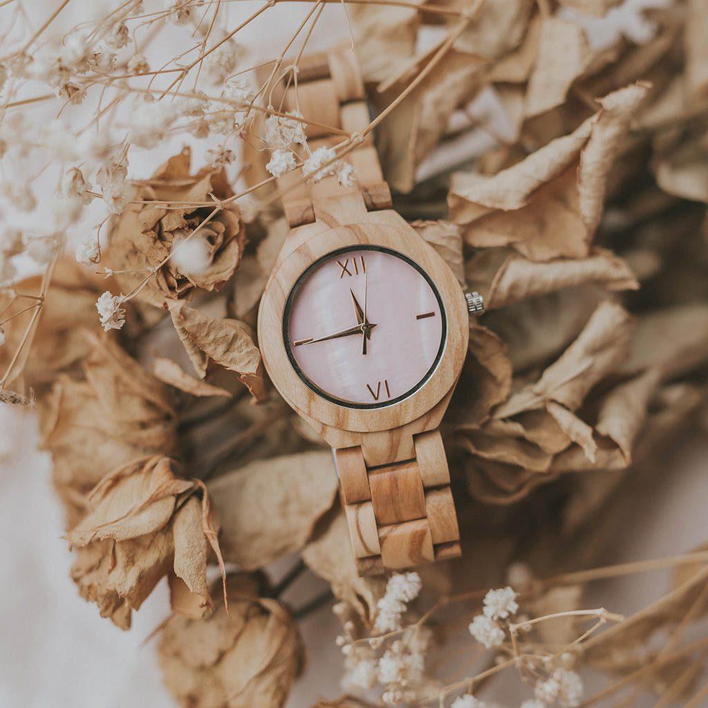 Reloj de chica de madera
