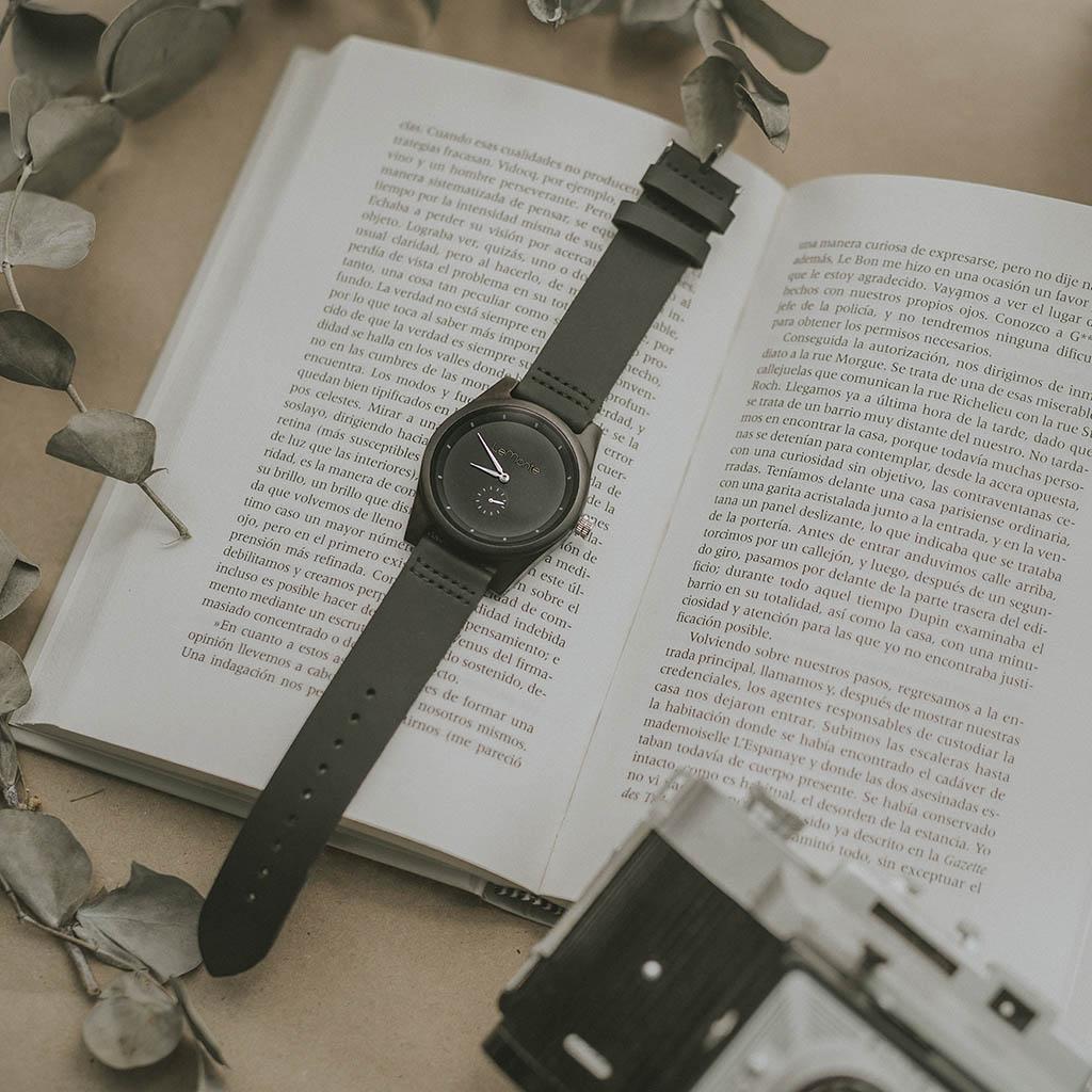 Reloj de madera negro