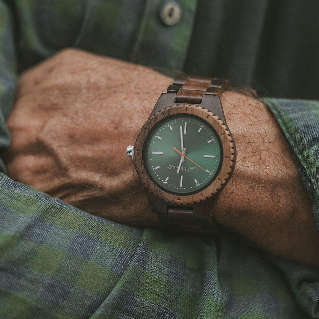 Reloj de madera verde