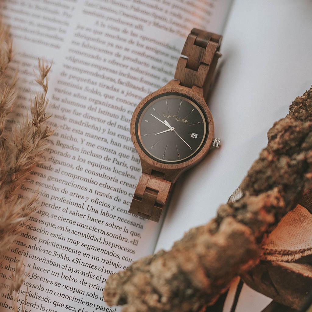 Reloj de nogal para mujer