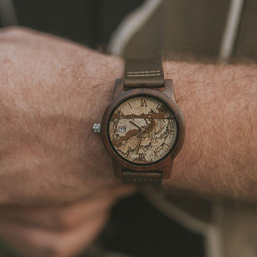 Reloj en muñeca de hombre