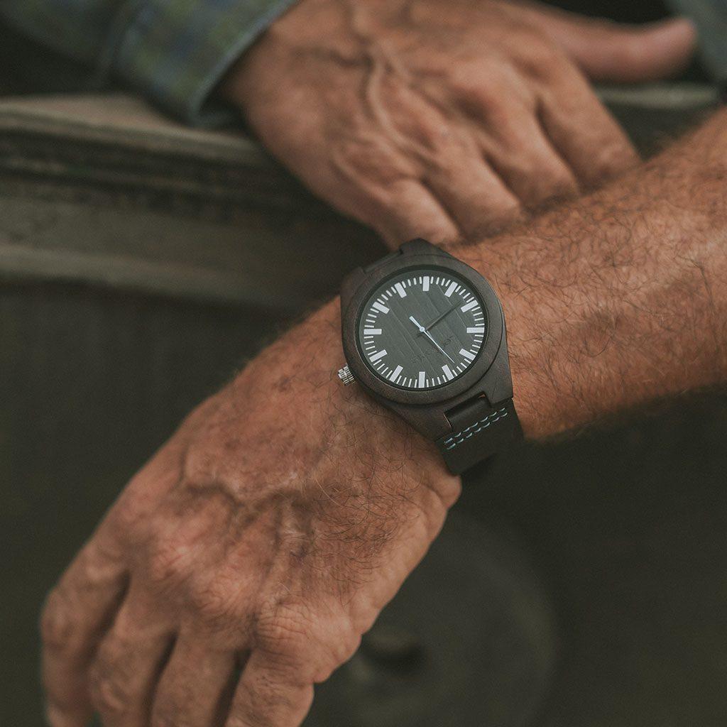 Reloj de madera de ébano