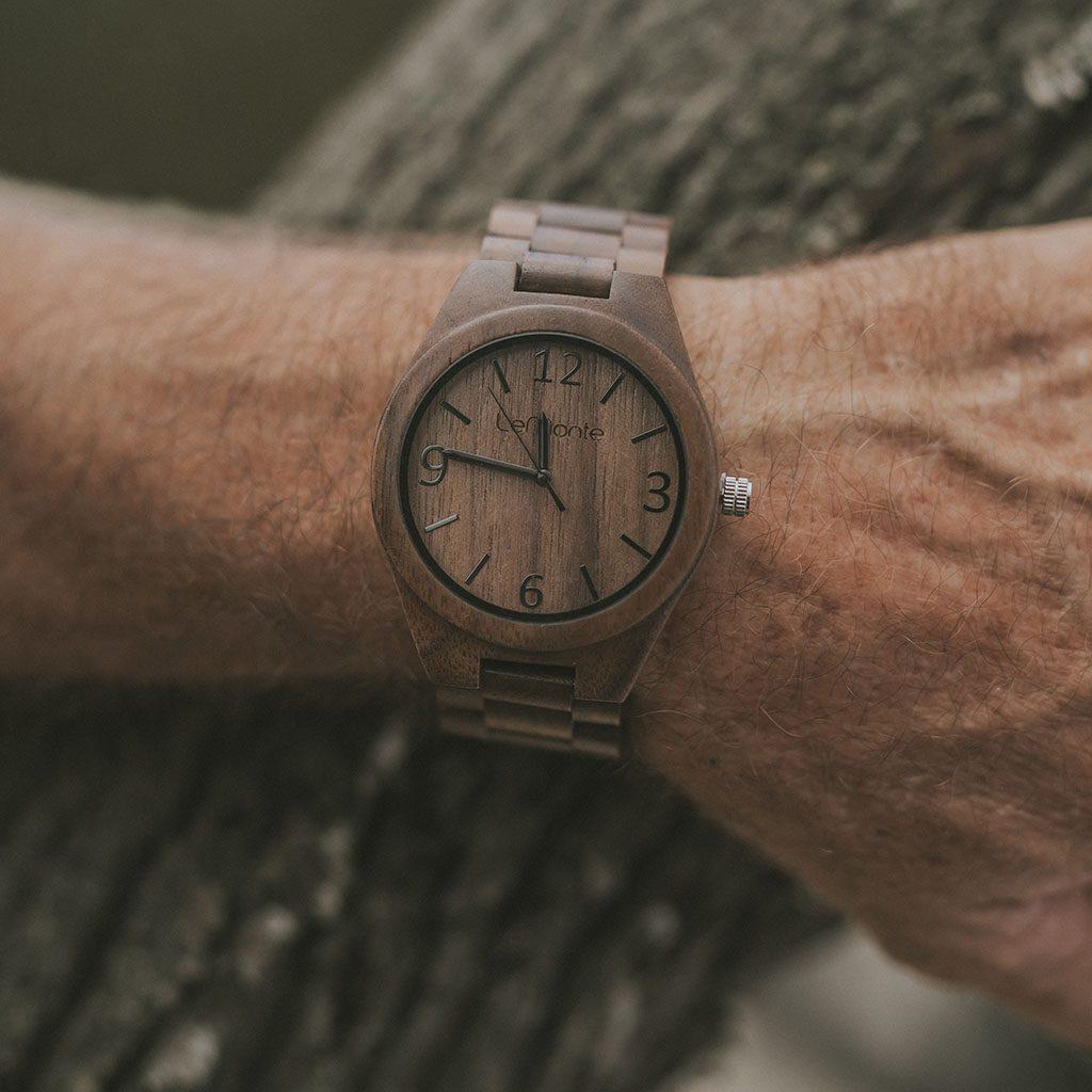 Reloj de madera en muñeca de hombre