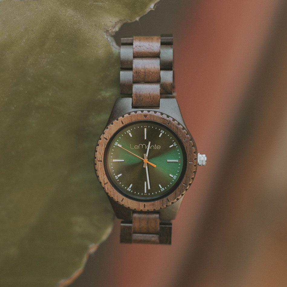 Reloj verde de madera